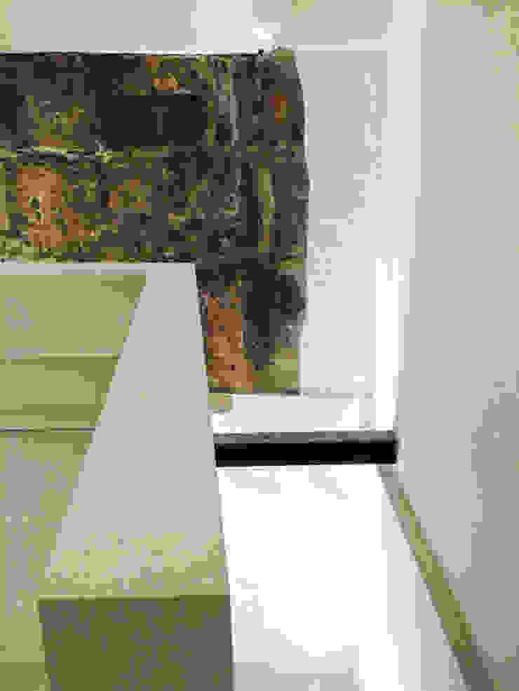 Minimalist corridor, hallway & stairs by Walter Emanuele Angelico, architetto Minimalist