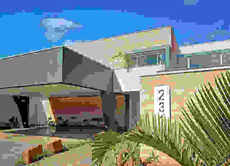 FACHADA COM VISTA LATERAL Casas modernas por VOLF arquitetura & design Moderno