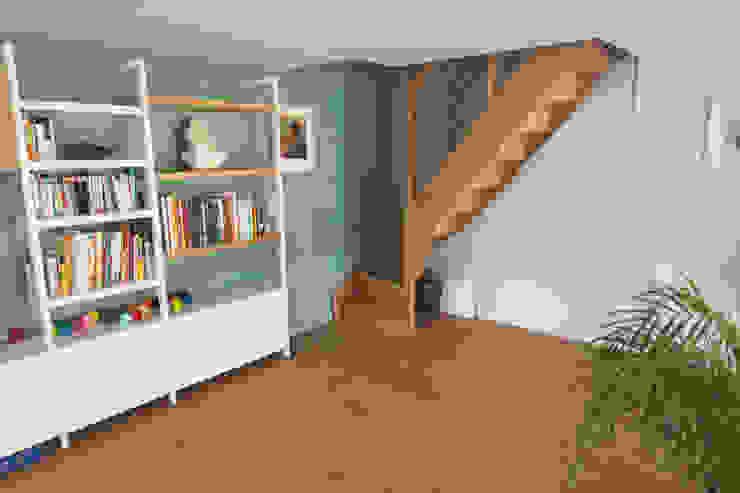 Phòng học/văn phòng phong cách hiện đại bởi Lise Compain Hiện đại