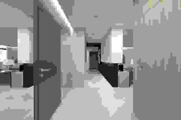 Projekt domu jednorodzinnego 2 (wykonany dla A2.Studio Pracownia Architektury) Nowoczesny korytarz, przedpokój i schody od BAGUA Pracownia Architektury Wnętrz Nowoczesny