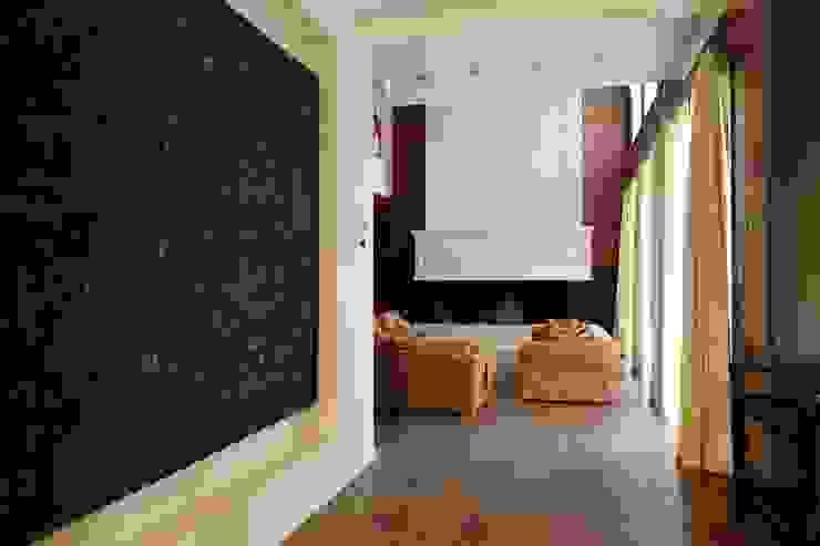 Подмосковный загородный дом для отдыха большой семьи и приема гостей Гостиные в эклектичном стиле от AlenaPolyakova.com Эклектичный