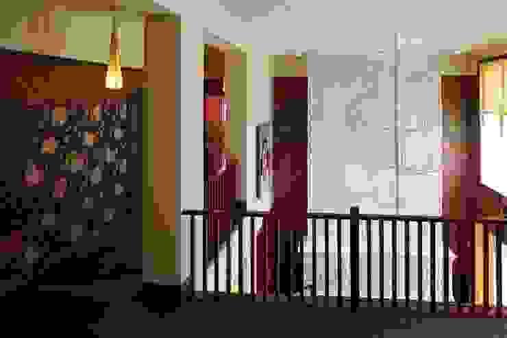 Подмосковный загородный дом для отдыха большой семьи и приема гостей Коридор, прихожая и лестница в эклектичном стиле от AlenaPolyakova.com Эклектичный