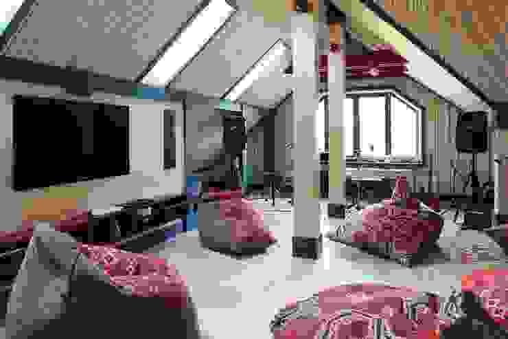 Подмосковный загородный дом для отдыха большой семьи и приема гостей  : Гостиная в . Автор – AlenaPolyakova.com, Эклектичный