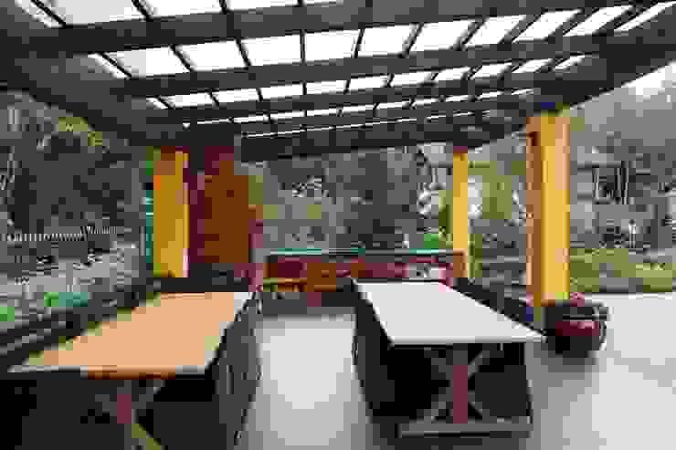 Подмосковный загородный дом для отдыха большой семьи и приема гостей Балконы и веранды в эклектичном стиле от AlenaPolyakova.com Эклектичный