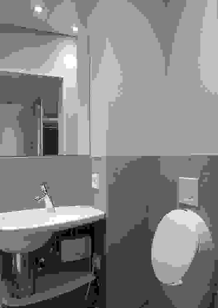 Urinal im Gäste-WC Moderne Badezimmer von hansen innenarchitektur materialberatung Modern