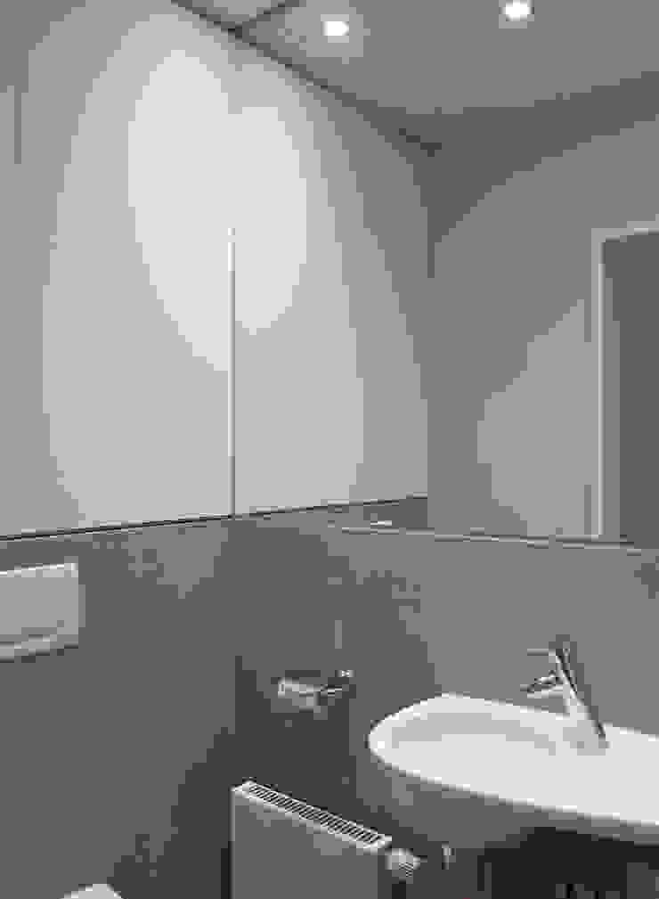 Einbauschrank über dem WC Moderne Badezimmer von hansen innenarchitektur materialberatung Modern