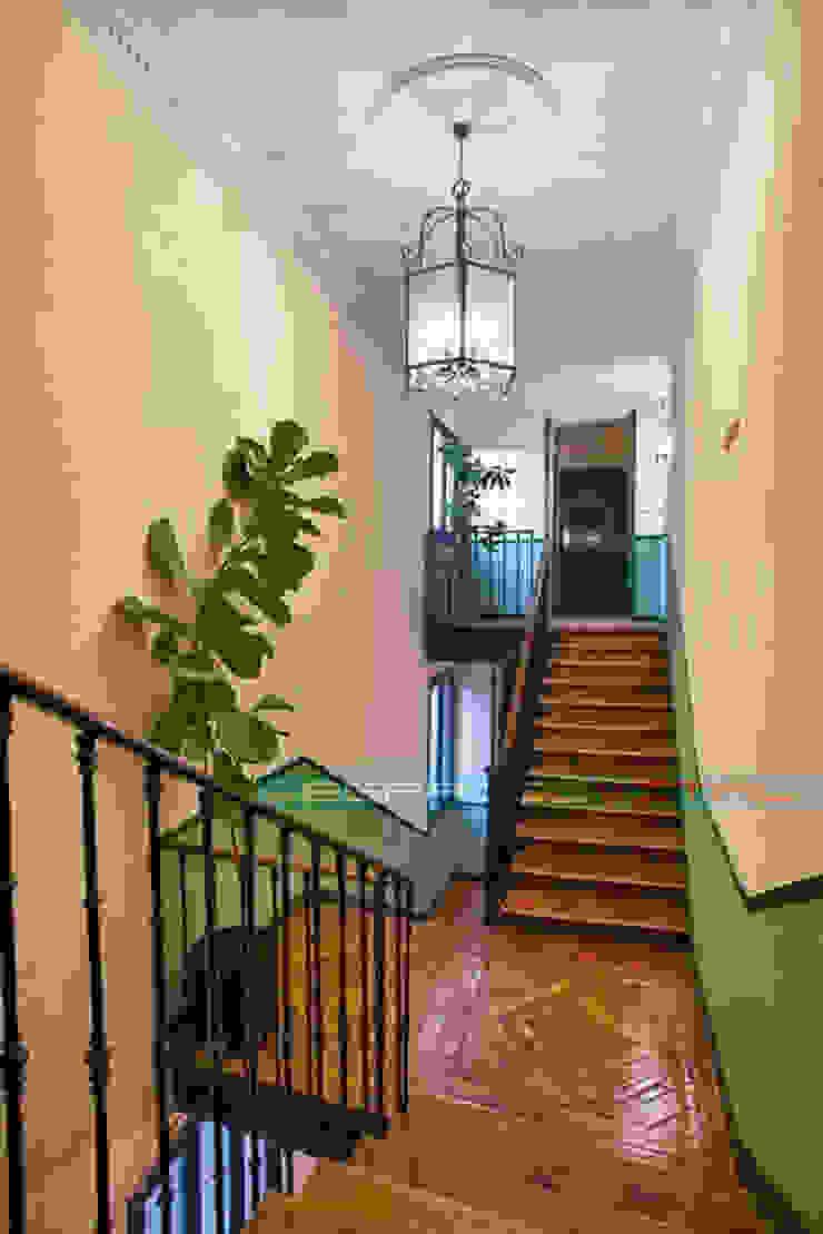 Pasillos, vestíbulos y escaleras de estilo clásico de Javier Zamorano Cruz Clásico