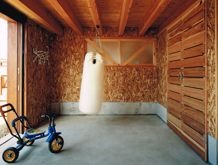 Eclectic style garage/shed by AXIS EXPLAN Eclectic