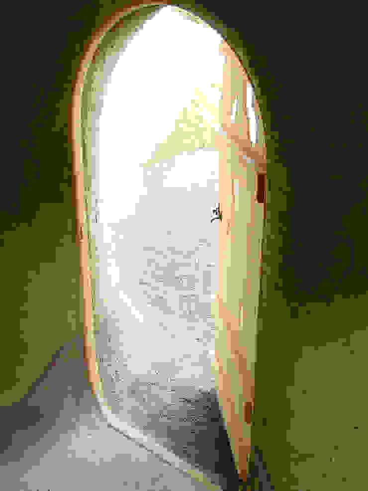 House for stories 入口 オリジナルな 家 の 遠野未来建築事務所 / Tono Mirai architects オリジナル
