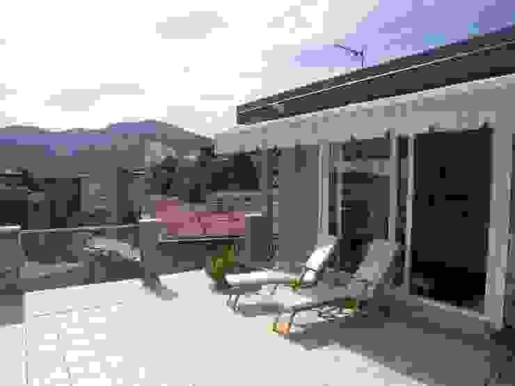 la vetrata di accesso alla terrazza Balcone, Veranda & Terrazza in stile moderno di Riccardo Musmeci Architettura e Design Moderno