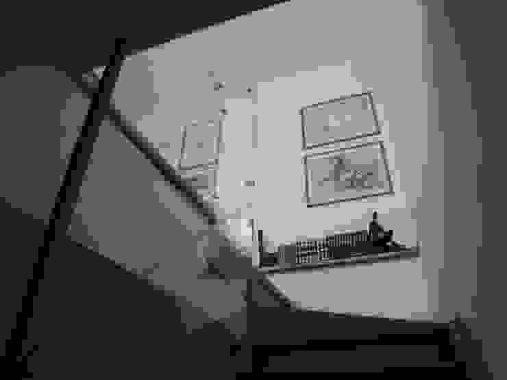 i parapetti in cristallo strutturale Ingresso, Corridoio & Scale in stile moderno di Riccardo Musmeci Architettura e Design Moderno