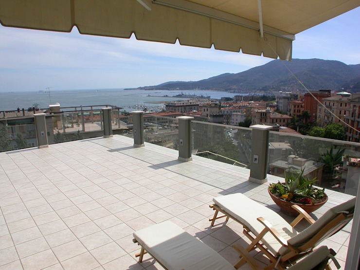la terrazza , vista verso Portovenere Balcone, Veranda & Terrazza in stile moderno di Riccardo Musmeci Architettura e Design Moderno
