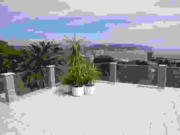 la terrazza, vista verso Lerici Balcone, Veranda & Terrazza in stile moderno di Riccardo Musmeci Architettura e Design Moderno