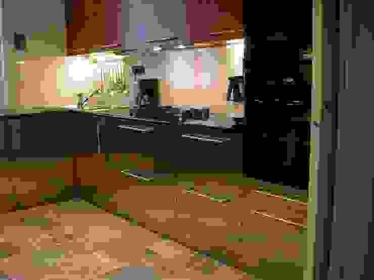 acciaio e ciliegio, piano in nero assoluto africano Cucina moderna di Riccardo Musmeci Architettura e Design Moderno