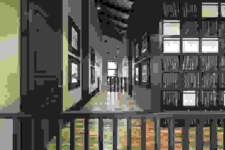 Дизайн загородного дома: Коридор и прихожая в . Автор – MC Interior,