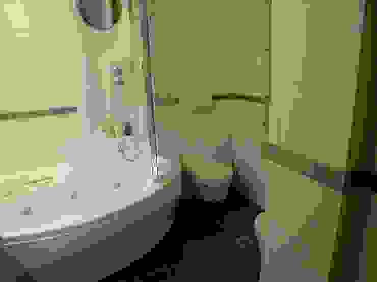 vasca idromassaggio con doccia, sanitari sospesi, piastrelle effetto bamboo Bagno moderno di Riccardo Musmeci Architettura e Design Moderno