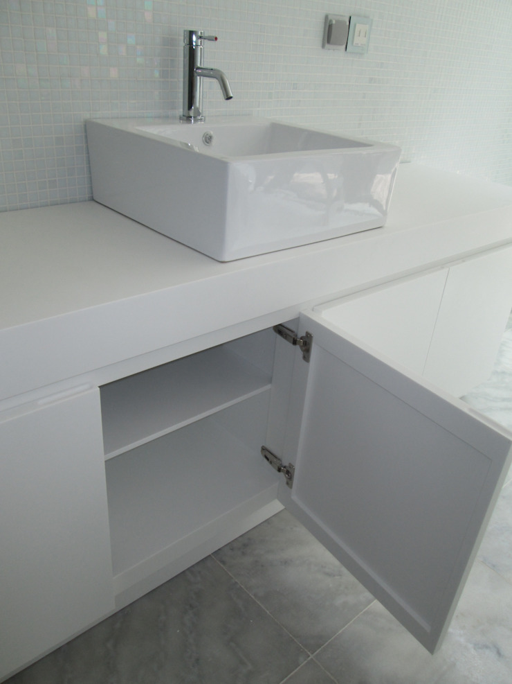 Tampo em CORIAN ref: Glacier White com lavatório cerâmico e móvel em CORIAN ref: Glacier White por Astone - Solid Surface Tailors Minimalista