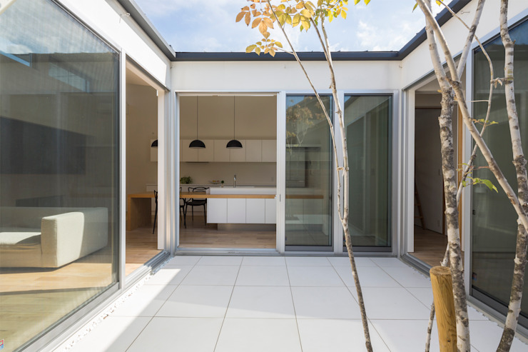 Modern balcony, veranda & terrace by H建築スタジオ Modern