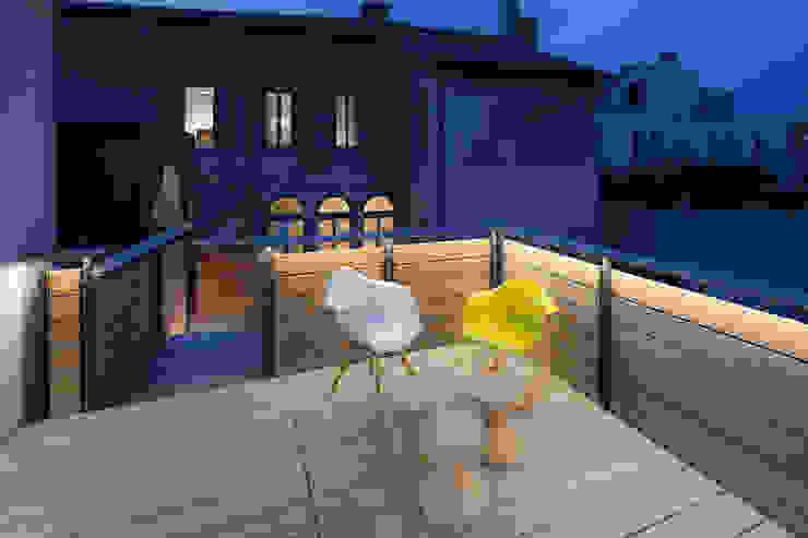 Realizzazione di prestigio Balcone, Veranda & Terrazza in stile moderno di marco19 Moderno