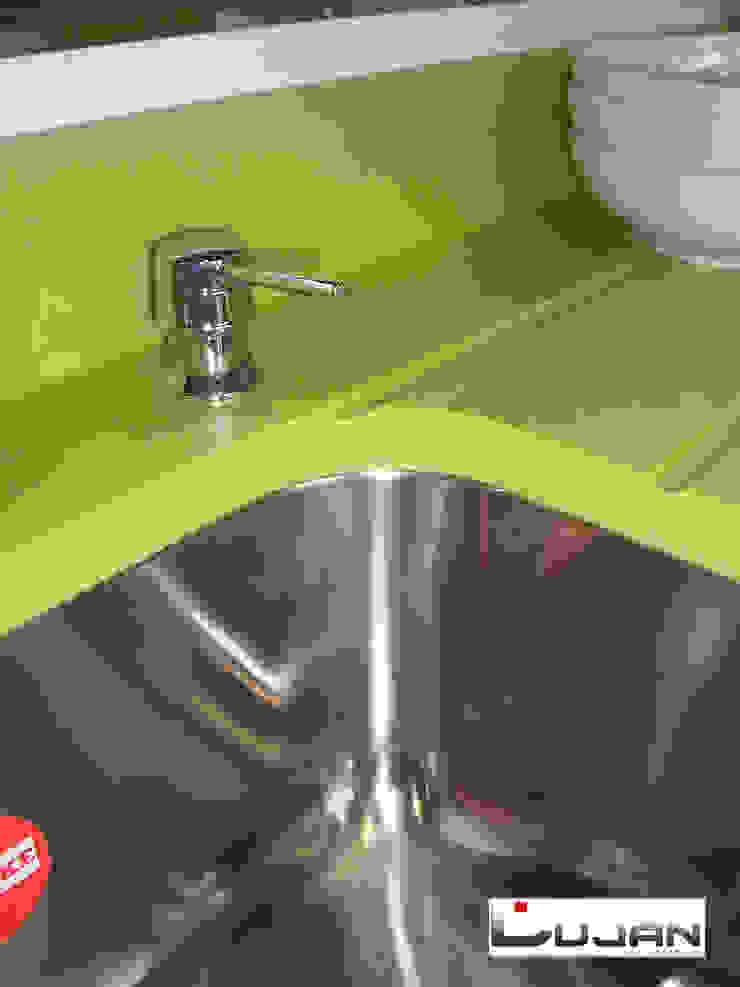 Estrias sobre encimera Verde Fun de Silestone Lujan Marmoles Cocinas de estilo moderno