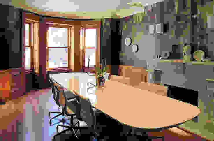 Moss one off wallpaper Boston MA Eclectische eetkamers van Workingbert Eclectisch