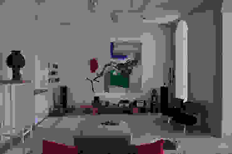 现代客厅設計點子、靈感 & 圖片 根據 Emanuela Orlando Progettazione 現代風