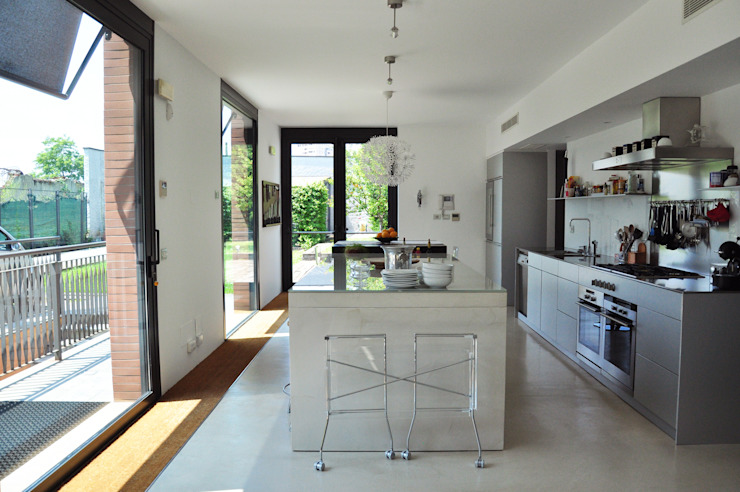 現代廚房設計點子、靈感&圖片 根據 Emanuela Orlando Progettazione 現代風