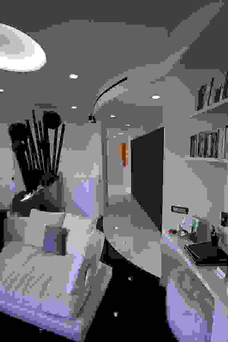 Disimpegno ingresso - sala TV e home theatre Sala multimediale moderna di studiodonizelli Moderno