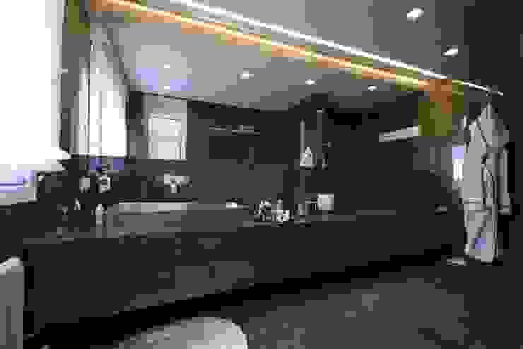 """Casa Joe - bagno master """"lui"""" Bagno moderno di studiodonizelli Moderno"""