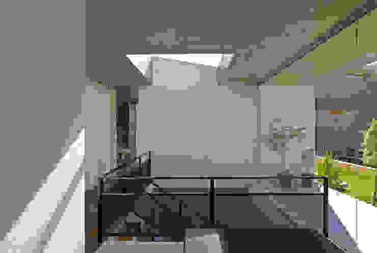 Vista interna mostrando a escada com iluminação zenital. Corredores, halls e escadas modernos por Humberto Hermeto Moderno