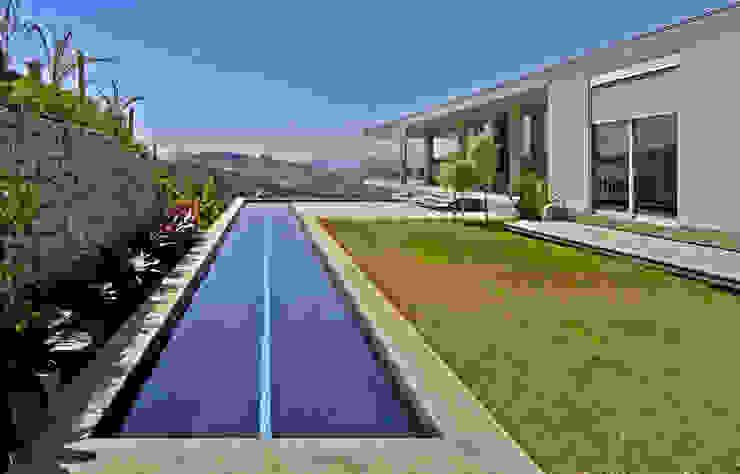 Vista a partir da área externa contígua à casa. Casas modernas por Humberto Hermeto Moderno