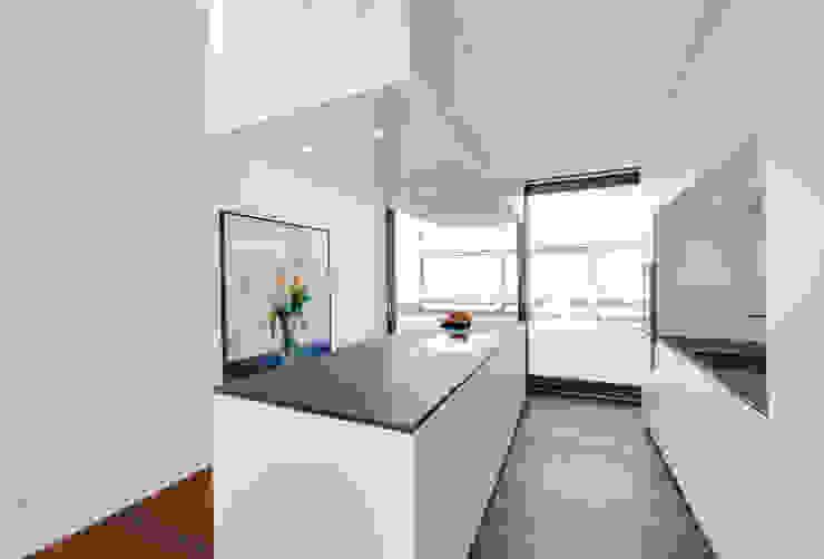 Wohnung K wesenfeld höfer architekten Minimalistische Küchen