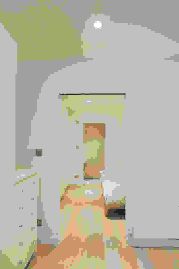 Lysia Street Modern corridor, hallway & stairs by S&Y Architects Modern