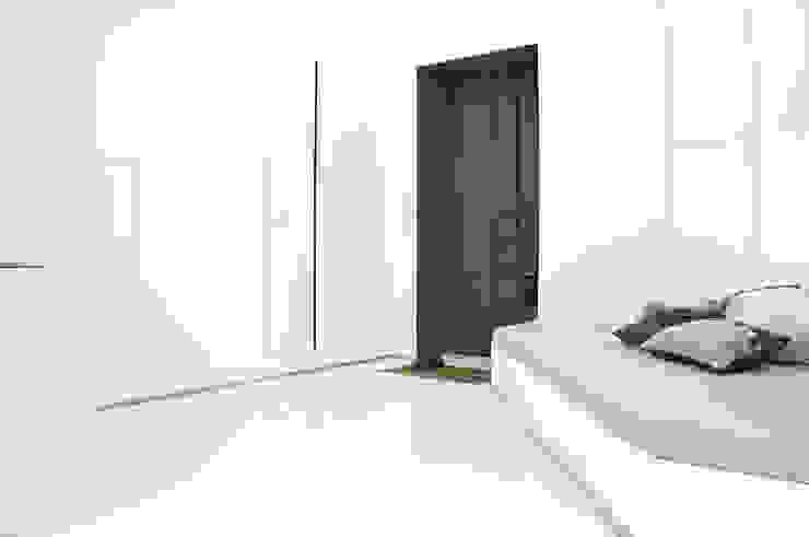 Couloir, entrée, escaliers minimalistes par R3ARCHITETTI Minimaliste