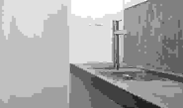 Minimalist style bathroom by R3ARCHITETTI Minimalist