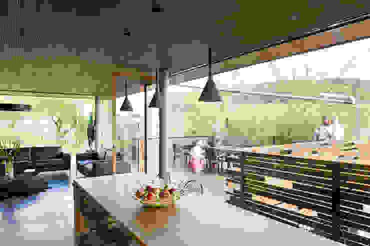 Ökologisches Massivholzhaus Moderne Wohnzimmer von massive passive Modern