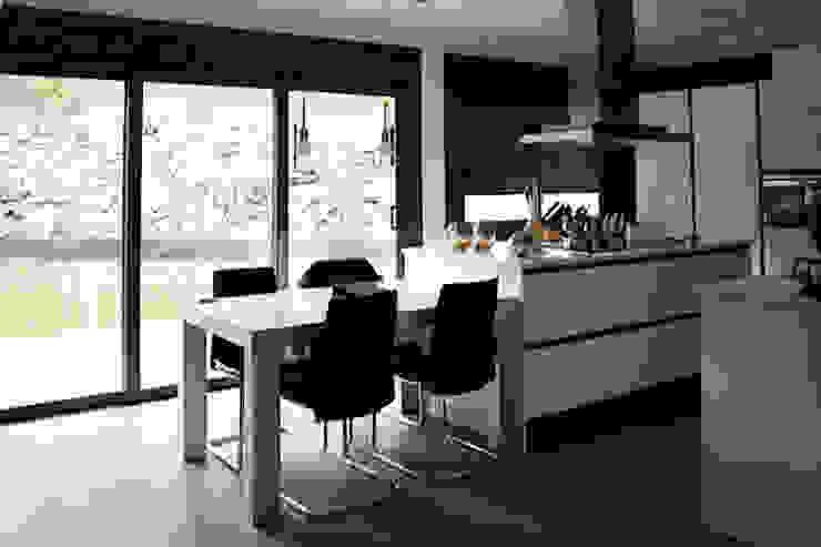 VIVIENDA UNIFALIMIAR EN O CARBALLO Cocinas de estilo moderno de arquitectura SEN MÁIS Moderno