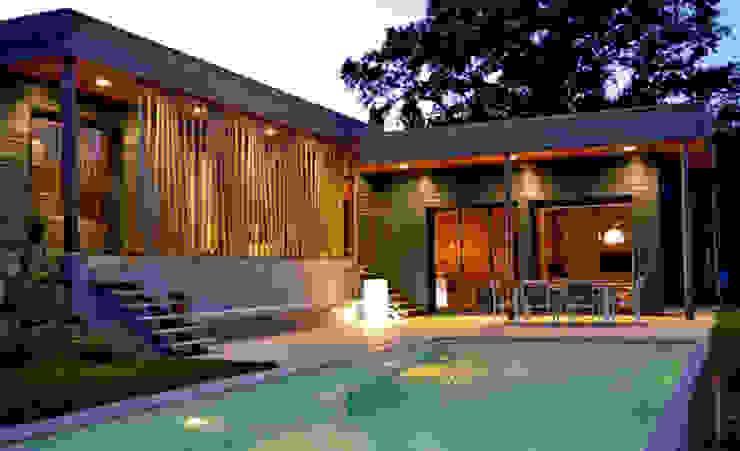 Vue de nuit Maisons modernes par Gilles Cornevin SARL Moderne