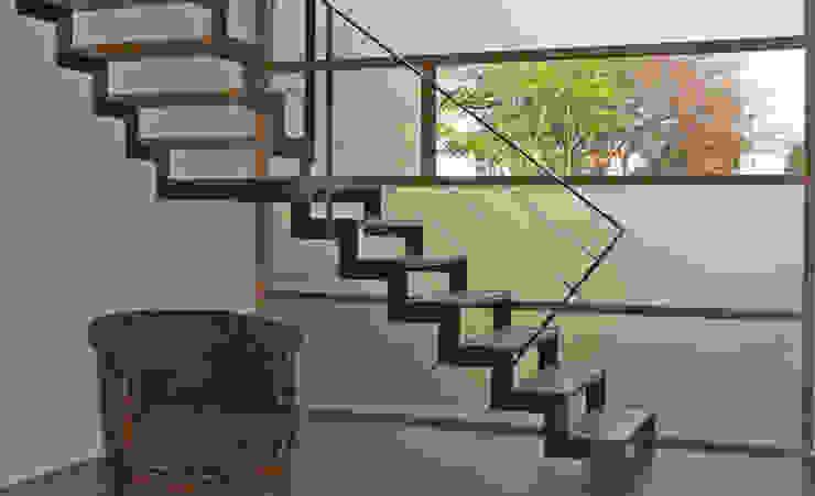 Détail de l'escalier et mur rideau Couloir, entrée, escaliers modernes par Gilles Cornevin SARL Moderne