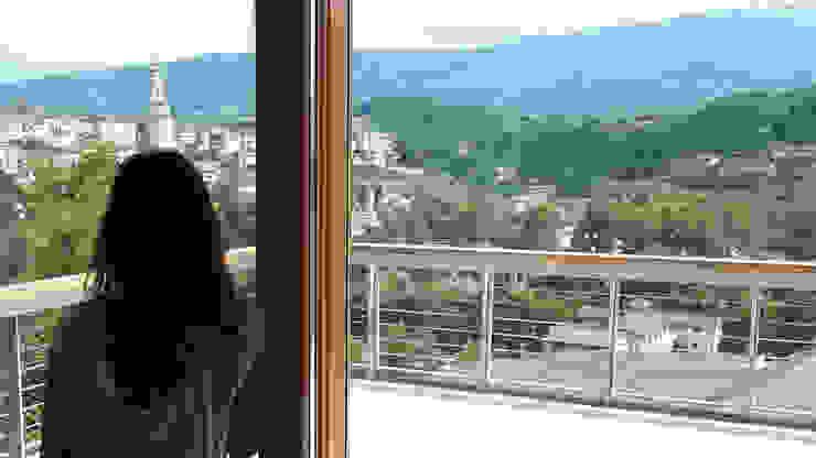 La grande vetrata Sud con l'affaccio sulla città vecchia di Belluno Soggiorno moderno di Team Replan - Bortoluzzi Associati Moderno