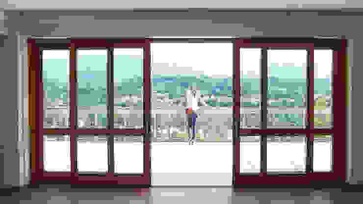 La grande apertura sul terrazzo panoramico Finestre & Porte in stile moderno di Team Replan - Bortoluzzi Associati Moderno