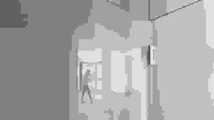 La porta di separazione tra lo spazio di ingresso ed il grande salone Finestre & Porte in stile moderno di Team Replan - Bortoluzzi Associati Moderno