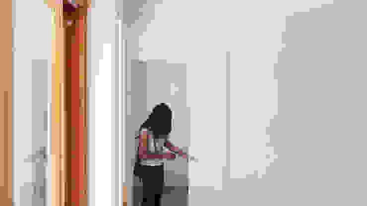 La porta di collegamento con la cucina Cucina moderna di Team Replan - Bortoluzzi Associati Moderno