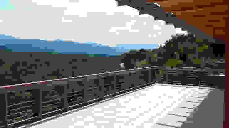 La grande terrazza esterna e la vista sulla valle del Piave Balcone, Veranda & Terrazza in stile moderno di Team Replan - Bortoluzzi Associati Moderno