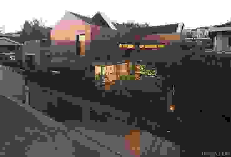 Yeon-hui dong house: ISON ARCHITECTS의  주택,모던