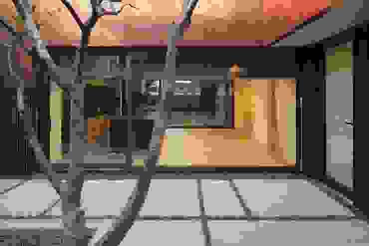 Yeon-hui dong house: ISON ARCHITECTS의  정원,모던