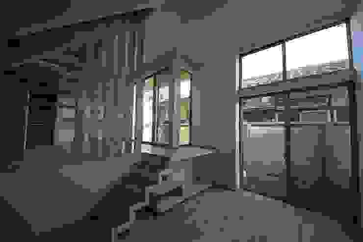 桜台の住まい House in sakuradai モダンデザインの リビング の タイラヤスヒロ建築設計事務所/yasuhiro taira architects & associates モダン