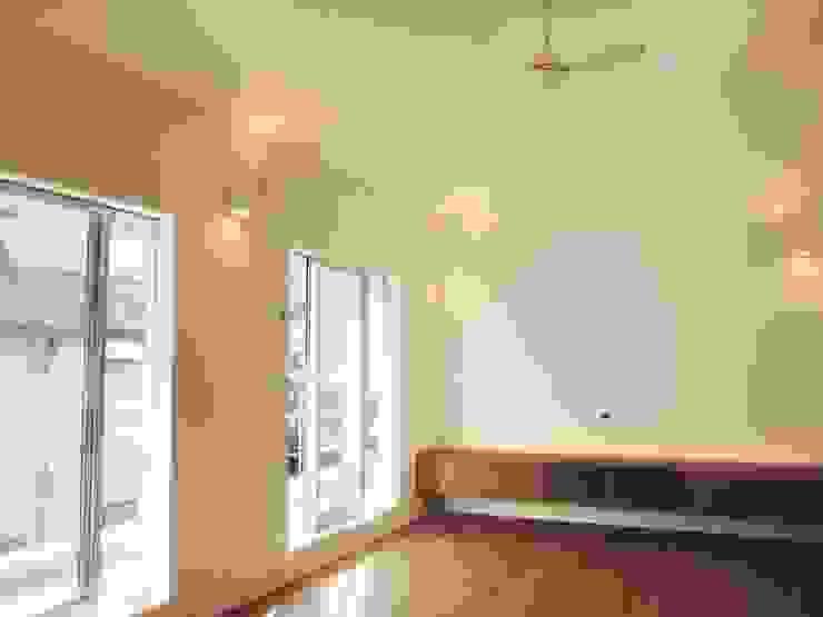 東和の住まい House in to-wa モダンデザインの リビング の タイラヤスヒロ建築設計事務所/yasuhiro taira architects & associates モダン