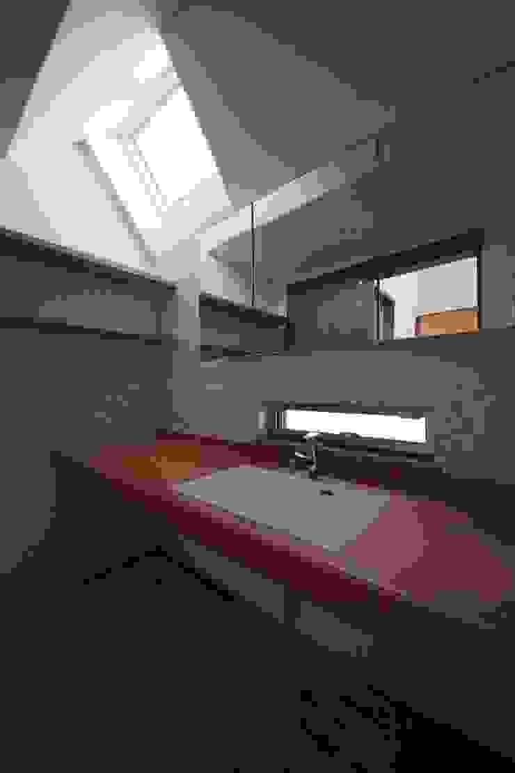桜台の住まい House in sakuradai モダンスタイルの お風呂 の タイラヤスヒロ建築設計事務所/yasuhiro taira architects & associates モダン