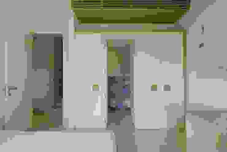 Villa <q>O</q> – Portisco, Sardegna Bagno minimalista di Studio Marastoni Minimalista